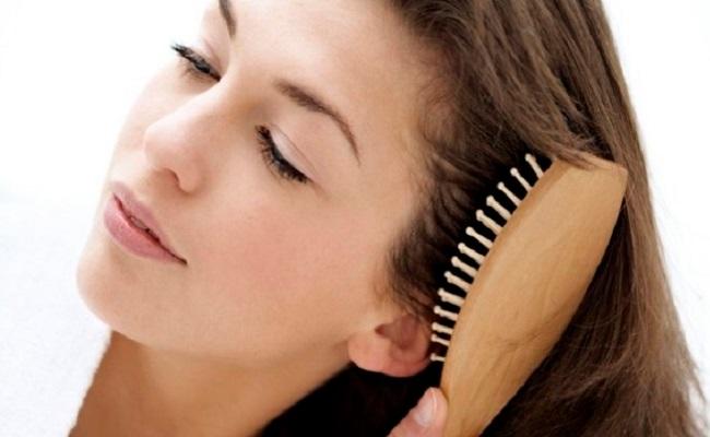 El cepillado del pelo es el paso previo para aplicar estos tratamientos de noche. Después es mejor pasar un peine para que quede extendido de manera uniforme.