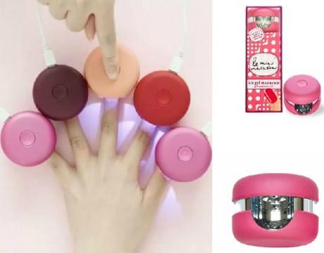 La secadora de LED se presenta en un kit que incluye: esmalte en gel, palito para retirar cutículas, 10 toallitas quitaesmalte y una guía de instrucciones. Lo tienes en www.leminimacaron.com por unos 40 €.