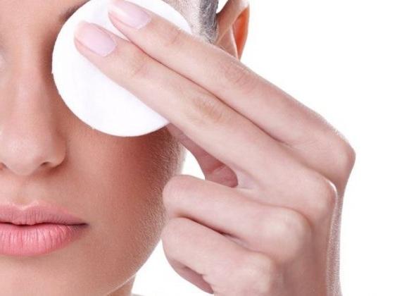 El desmaquillado de ojos es uno de los grandes retos para cuidar y mantener las extensiones. No usar productos oleosos que despeguen las uniones y jamás restregar, dos gestos obligados para las que llevan extensiones en las pestañas.