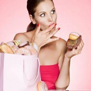 chica comiendo cupcakes