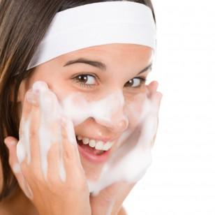 Una chica echándose espuma en la cara