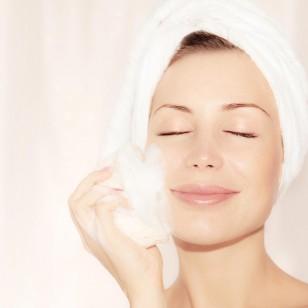 Una mujer con espuma en la cara