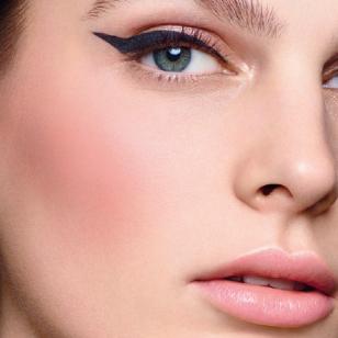 La barra de colorete tiene una textura que se funde inmediatamente con la piel.