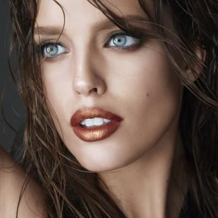 Los labios metálicos, una tendencia de los noventa, son ahora pura tendencia. (Imagen Maybelline)