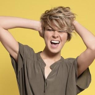 Definitivamente, el flequillo tiene efectos rejuvenecedores. Favorece y dinamiza todo tipo de rostros. Peinado Coiff and Co.