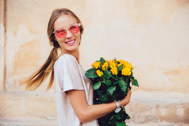 chica con flores
