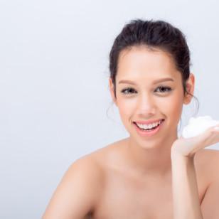 Sin una limpieza escrupulosa y diaria, la piel del rostro no tendrá la oportunidad de manifestar su esplendor. Este paso primordial de cualquier rutina beauty puede hacerse de varias formas. Aquí te damos 16 ideas.