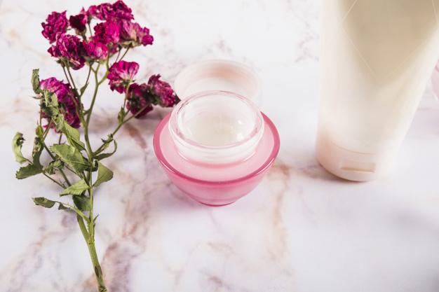 crema con flores