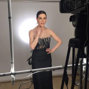 La presentadora derrochó estilo y belleza con look de Juan Duyos.