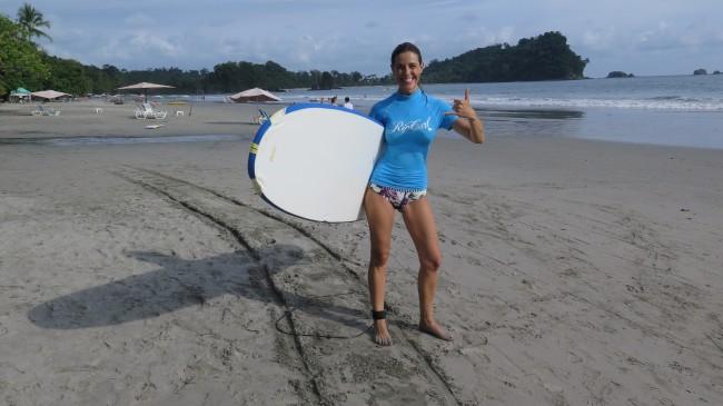 Raquel Sánchez Silva hace surf en Costa Rica