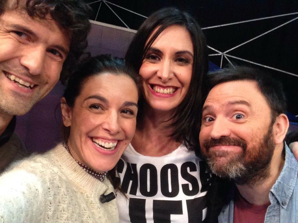 Raquel Sánches Silva, con su equipo para retransmitir la gala de los Globos de Oro