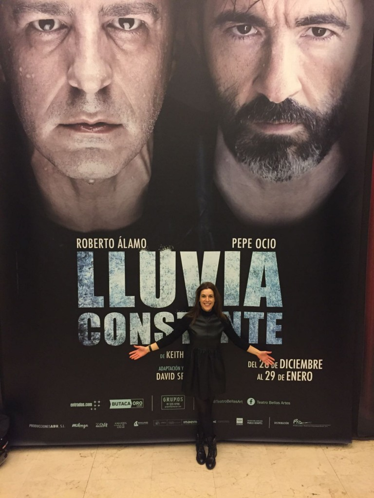 Raquel Sánchez Silva, junto al cartel de la obra de teatro Lluvia Constante